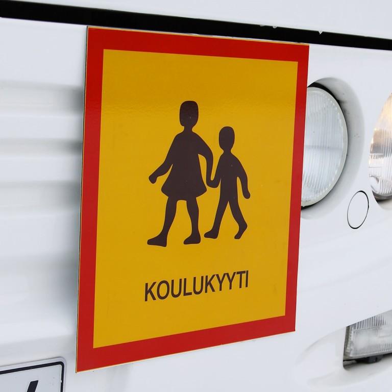 Koulukyydin merkki bussin keulassa.