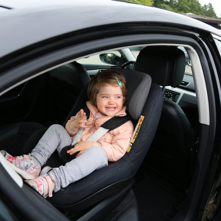 Lapsi autossa, turvaistuimessa selkä menosuuntaan.