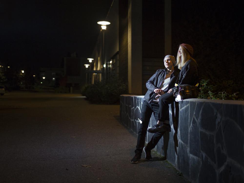 Kaksi nuorta, joilla heijastimet loistavat.